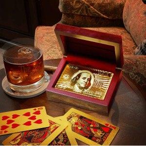 Guldiga spelkort i lyxig ask