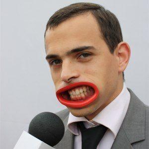 Hyperlip: Visa tänder med konstgjord mun