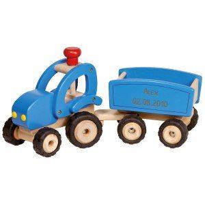 Stor traktor med släpp av trä med gravyr